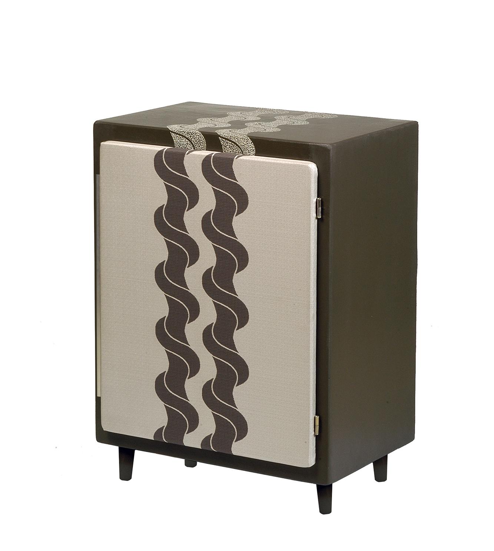 Commode laquée avec incrustation de coquilles d'œufs et marouflée de soie sur la porte et à l'intérieur sur le fond - Ancien meuble des années 50 - 70 x 49 x 34 cm