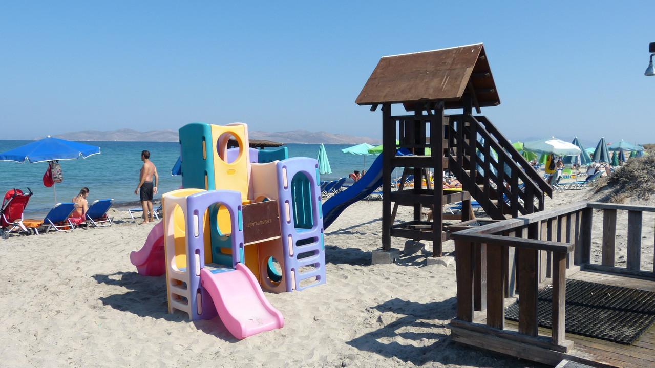 Ein Spielplatz am Strand! Da kommt Freude auf &  Mama und Papa können relaxen.