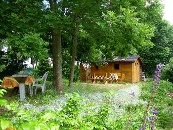Sitzgruppe und Gartenhaus