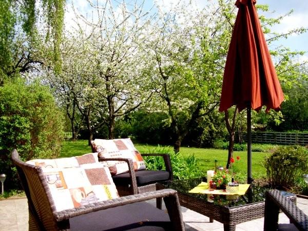 Ferienhaus-Garten in der Apfelblüte
