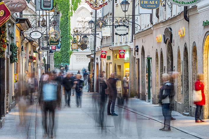 Getreidegasse in Salzburg mit Menschen in Bewegung. Foto aus mehr als 30 Einzelfotos. Jede Person in ein eigenes Foto.
