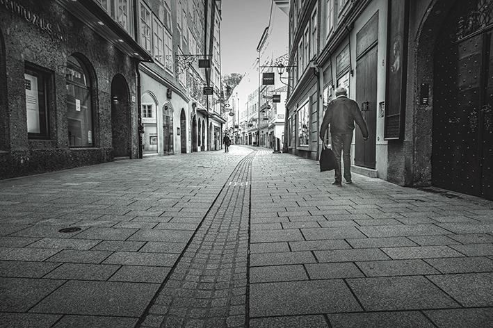 Schwarz-weiß-Foto von der beinahe menschenleeren Getreidegasse in Salzburg im März 2020