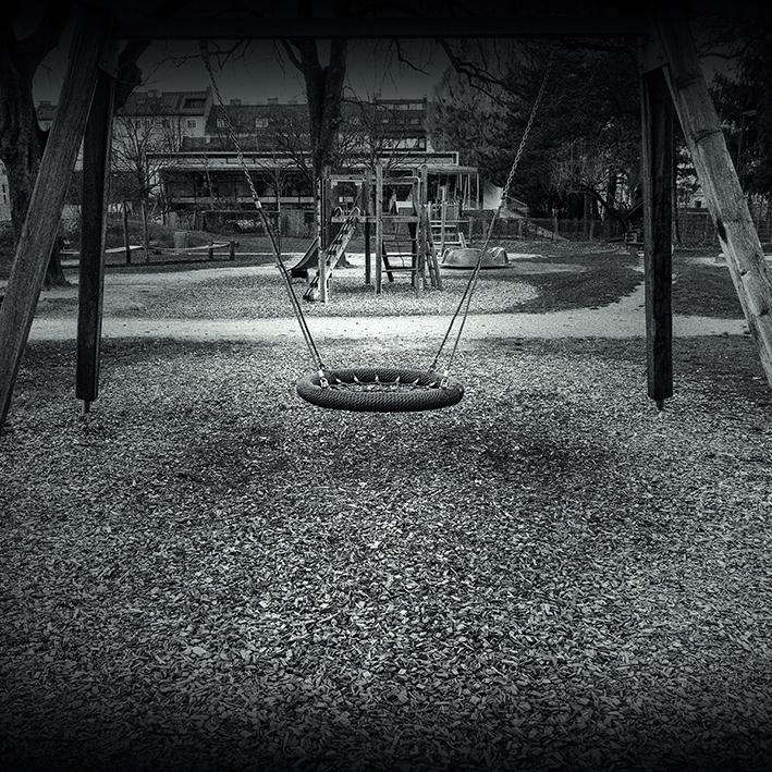 Schwarz-Weiß Foto von einem Kinderspielplatz in Salzburg, März 2020