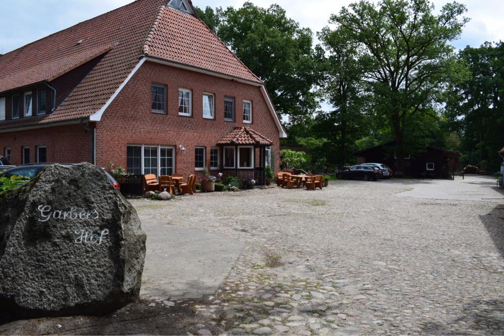 """Bild: Die """"bekannte"""" Einfahrt zum Garbers-Hof am Ortseingang Undeloh"""