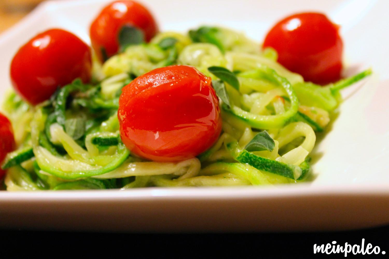 Zucchinispaghetti in Kräuter-Knoblauchsud