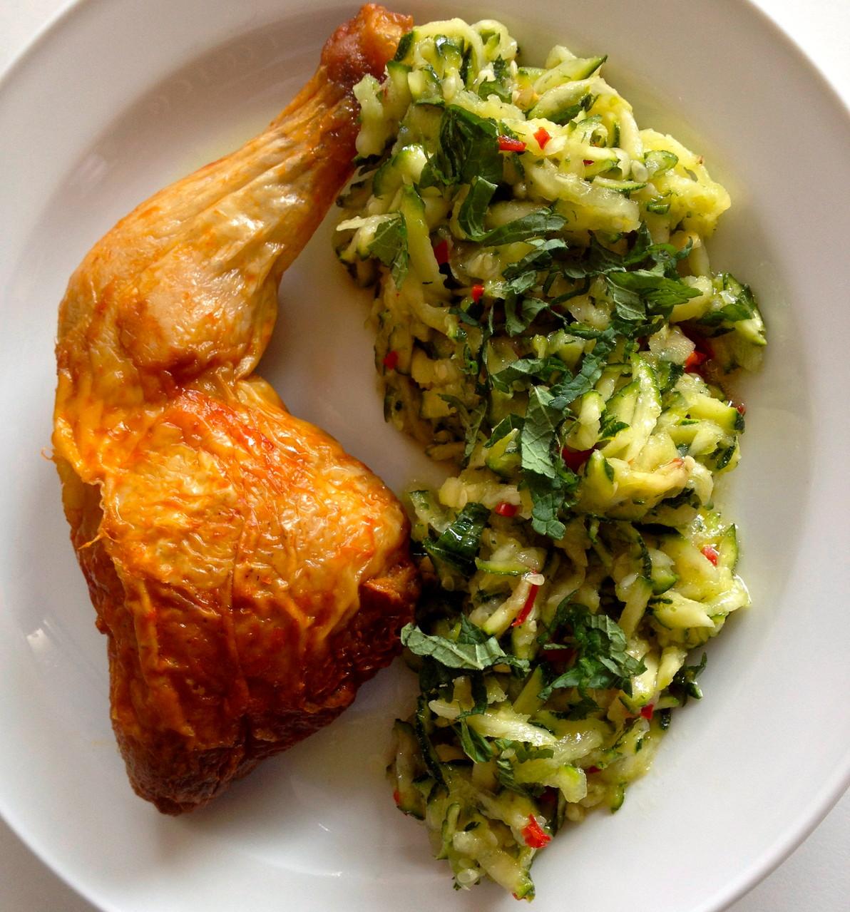 Bio-Hähnchen an Zucchini Salat mit feuriger Minznote