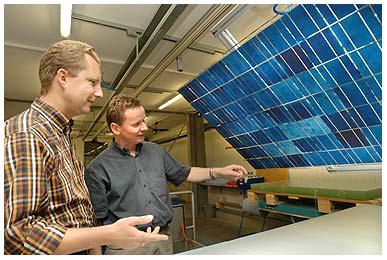 2001: Thomas Rudolph (l.) und Ralf Hennigs, Geschäftsführer SOLARA Sonnenstromfabrik bei der Inspektion der Solarzellen und Verbindungen vor dem Laminieren