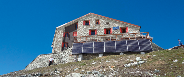 Bergütten in den Alpen mit netzunabhängiger Stromversorgung und hochwertigen Solarmodulen für Solartechnik von Solara.