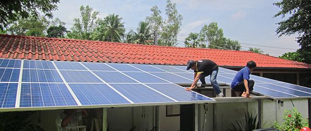 Solare Stromversorgung von Gebäuden weltweit. Z. B. Schulen, Wohn- und Krankenhäuser mit Inselanlagen bestehend aus Solarmodulen, Laderegler, Wechselrichter, Montagesystemen usw. von Solara aus Deutschland.