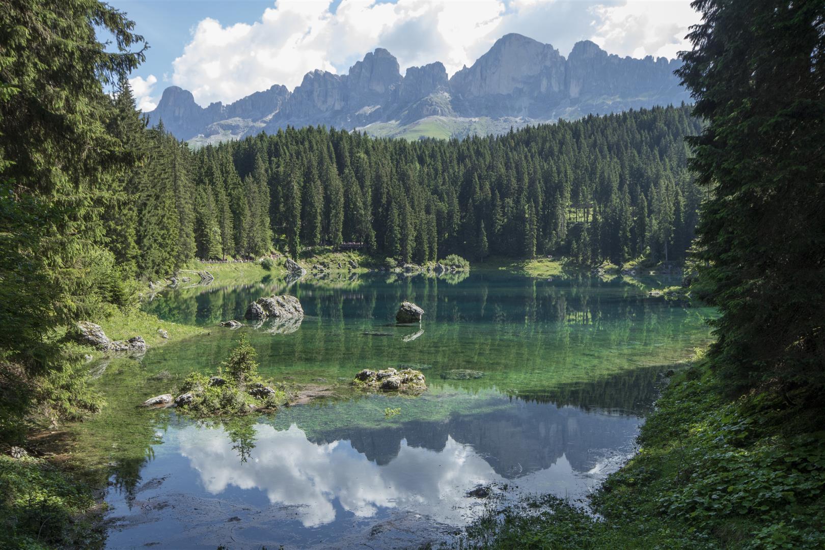 Lago di Carezza ed il massiccio del Latemar