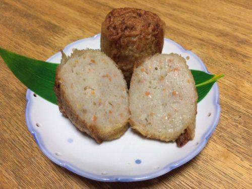 「カナッペ」とは、本来薄く切ったバケットやクラッカーなどにさまざまな食材を載せた料理のこと。しかし、ここ旦過市場で提供されるカナッペは、野菜を練り込んだ魚のすり身を薄い食パンで巻き、油で揚げたものです。