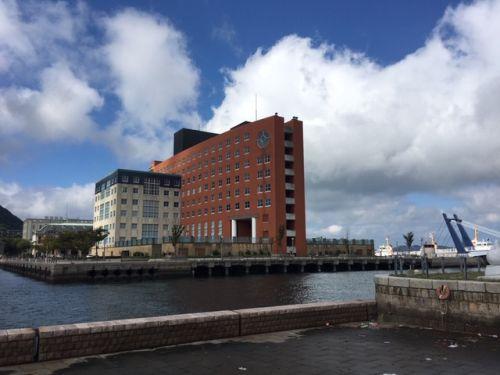門司港ホテルとブルーウイングもじ。門司港レトロを代表するホテルです。