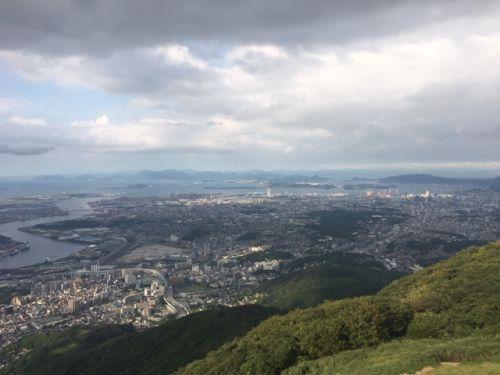 山頂から北九州市内を望む。