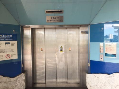 トンネルと地上の往来は、エレベーターを使います。