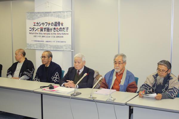 札幌医科大学などを提訴したコタンの会の清水裕二代表(中央)、浦幌アイヌ協会の差間正樹会長(右から2人目)ら。