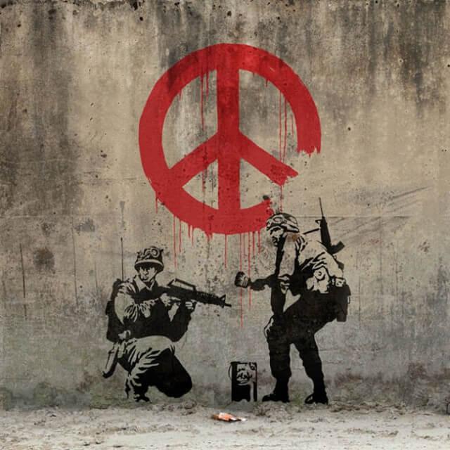 banksy-denonce-la-guerre-soldat-sigle-de-la-paix.jpg