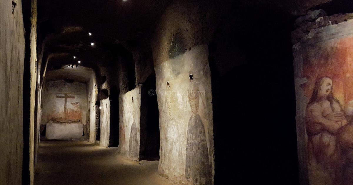 Nel Basso Medioevo le catacombe furono progressivamente abbandonate da fedeli e pellegrini, a causa delle frane di fango e detriti che scendevano dalle colline e per via del trafugamento delle reliquie di San Gennaro
