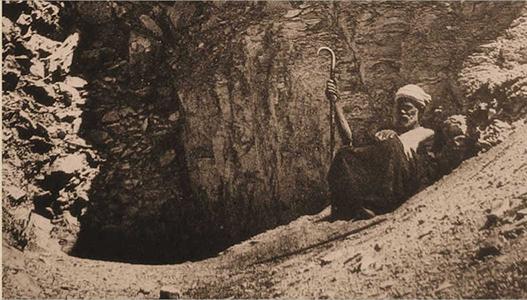 Ahmed Abd wl-Rassul fotografato nel 1902 all'entrata della tomba DB320, Deir el Bahari - Luxor (foto narmer.pl)