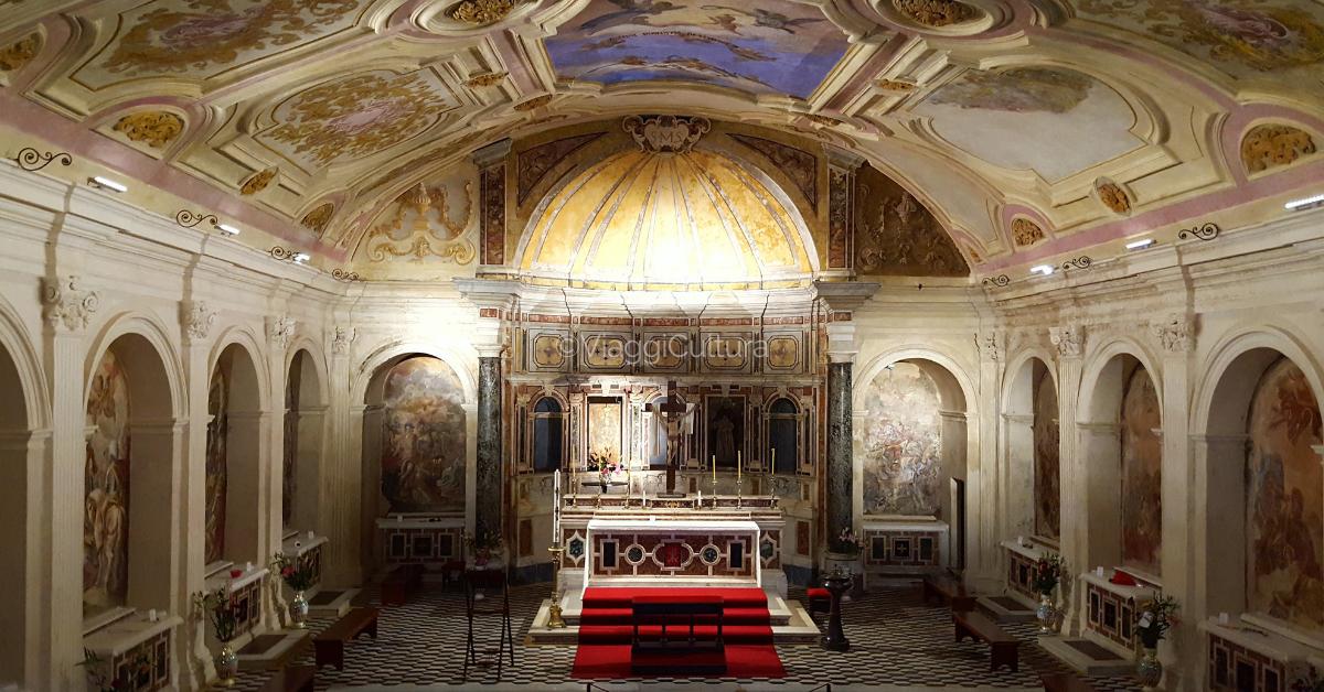 Sotto la Basilica sorge quello che era il secondo cimitero paleocristiano più importante della città: le Catacombe di San Gaudioso