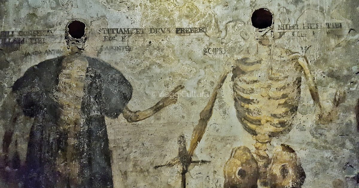 Nel '600 il sito ospitava le sepolture di aristocratici ed ecclesiastici. I teschi venivano apposti a vista nelle pareti. Il resto del corpo era affrescato con gli abiti e gli attrezzi del mestiere che rappresentavano la posizione sociale del defunto