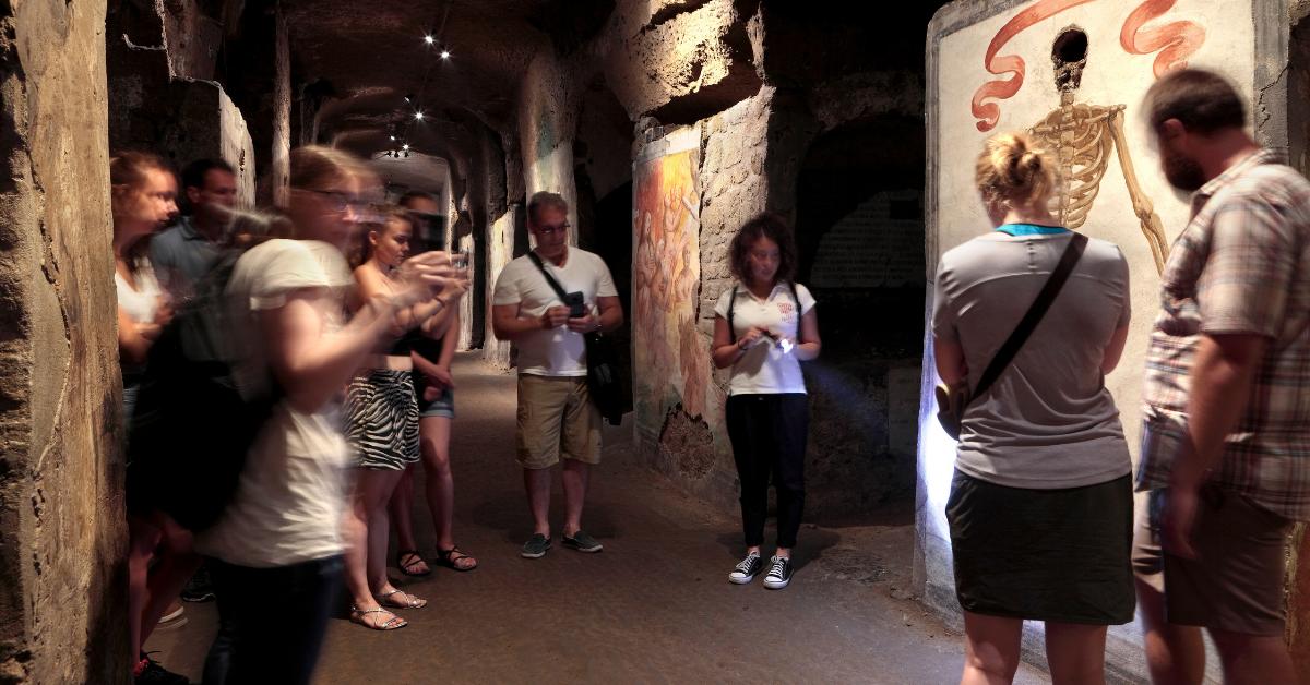 Le catacombe tornarono ad essere un sito sepolcrale nel XVI secolo, dopo il ritrovamento di un affresco della Madonna della Sanità. In seguito, le Catacombe furono affidate ai Domenicani, che costruirono la Basilica