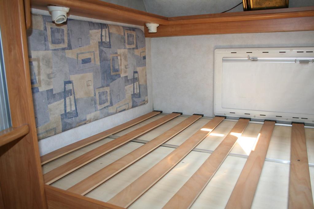 letto alto in coda ,materasso mancante,pareti da ricoprire . By ballabioiltappezziere.com