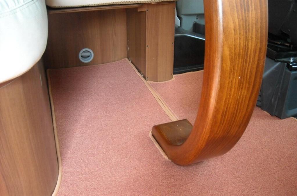Tappeto cellula  camper Mc Louis - particolare tavolo con apertura fissata con velcro By ballabioiltappezziere.it