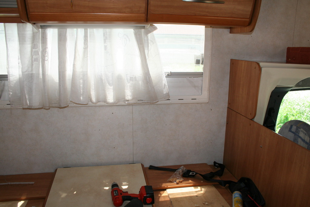 dinette con poggiatesta e paretina laterale anticondensa da ricoprire e cuscini da ricostruire. By ballabioiltappezziere.com
