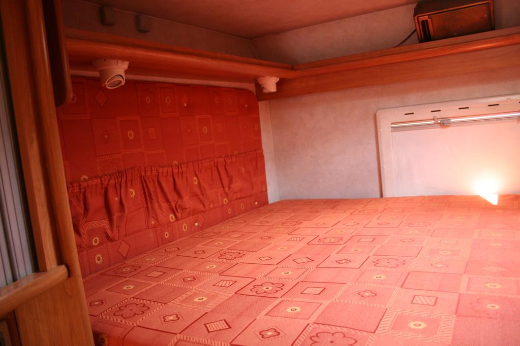 letto alto in coda ,materasso mancante rifatto,pareti ricoperte . By ballabioiltappezziere.com