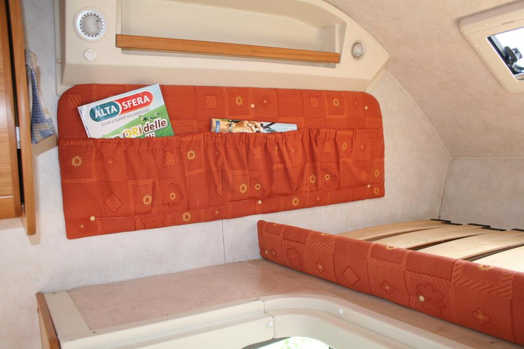 Parete letto mansarda ricoperta e creato tasca portaoggetti. By ballabioiltappezziere.com