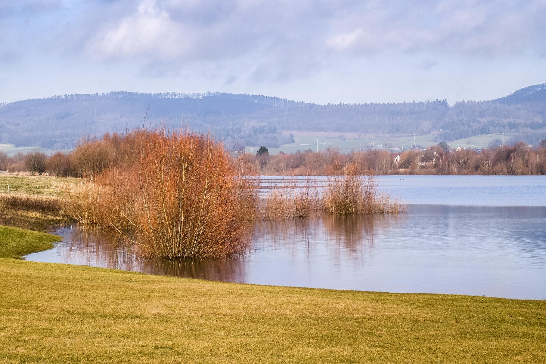 Das Hochwasser überspült die Uferbereiche am mittleren Teich.