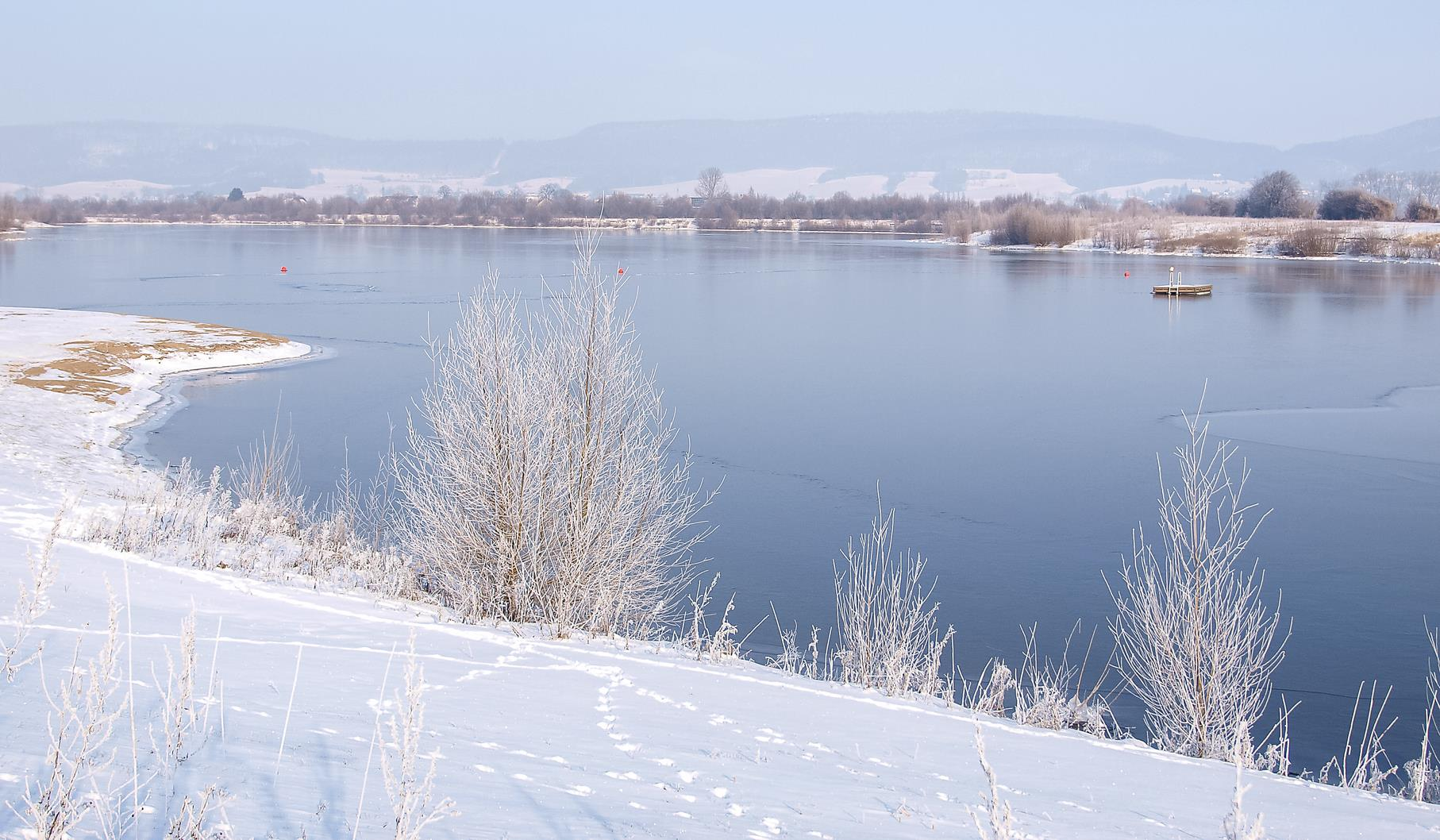 Der mittlere Teich des Naturschutzgebietes an einem schneereichen Januartag.