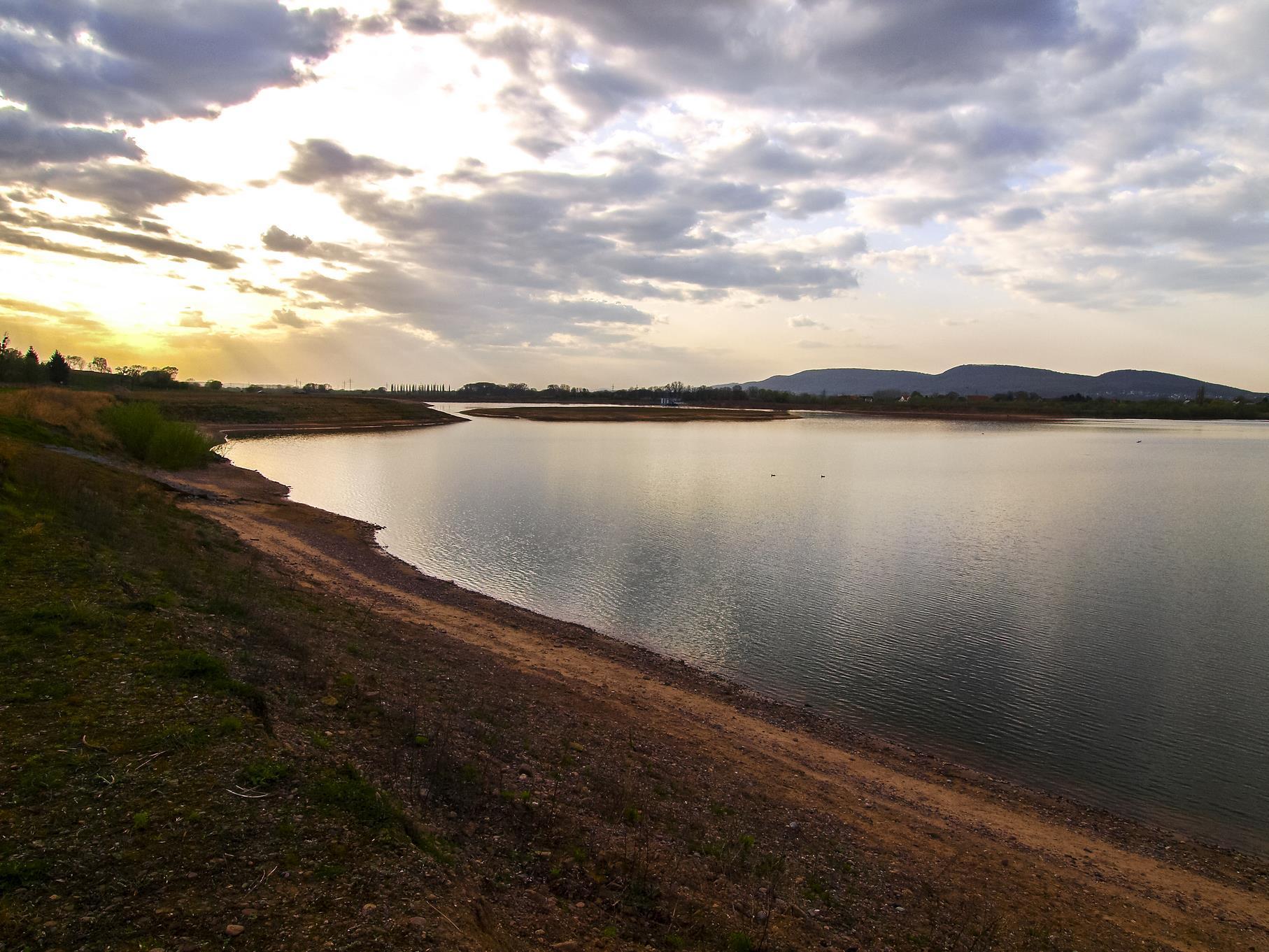 Wolkenspiel am westlichen Teich am Abend.