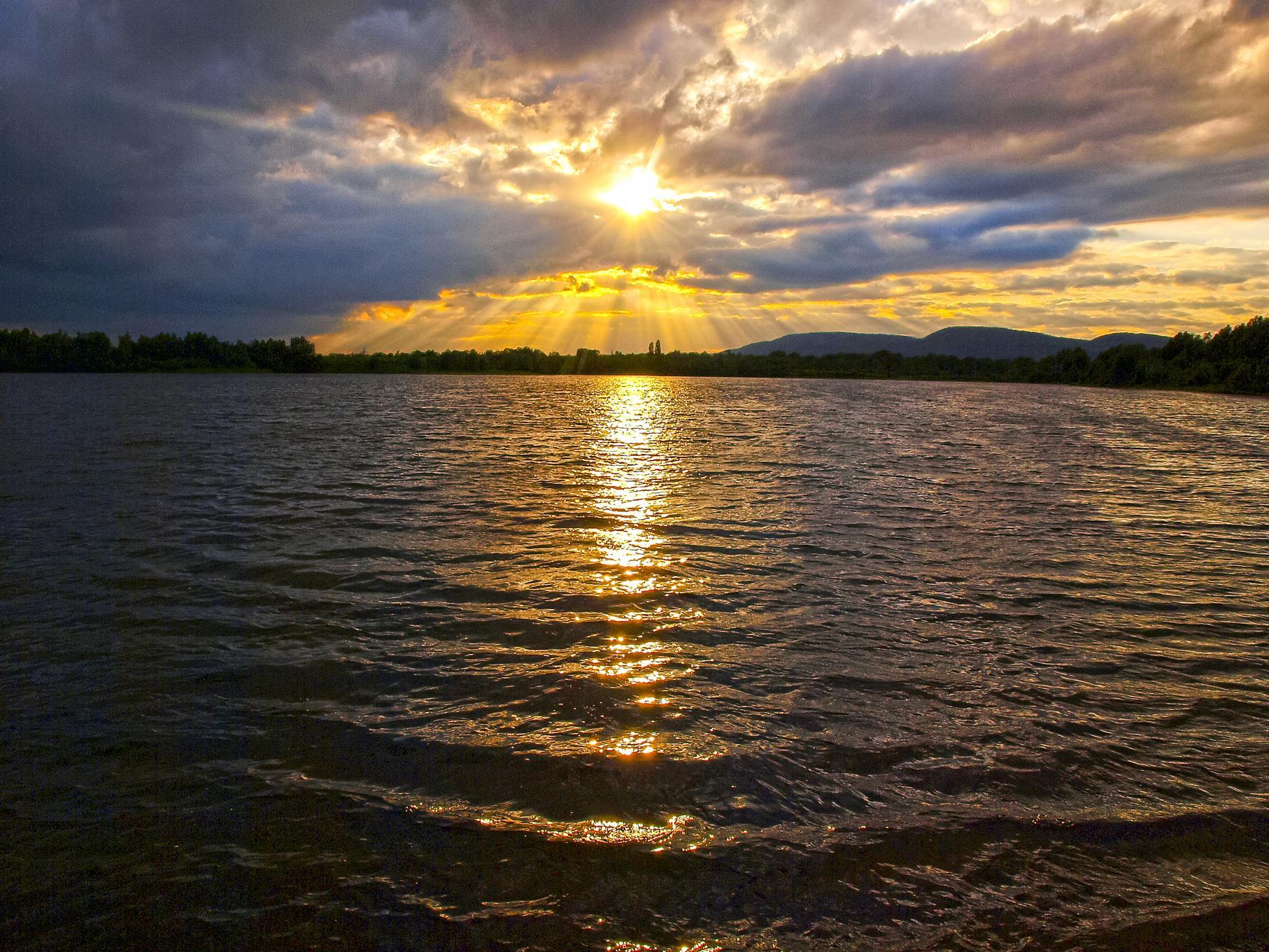 Sonnenstrahlen und Wolken über dem mittleren Teich.