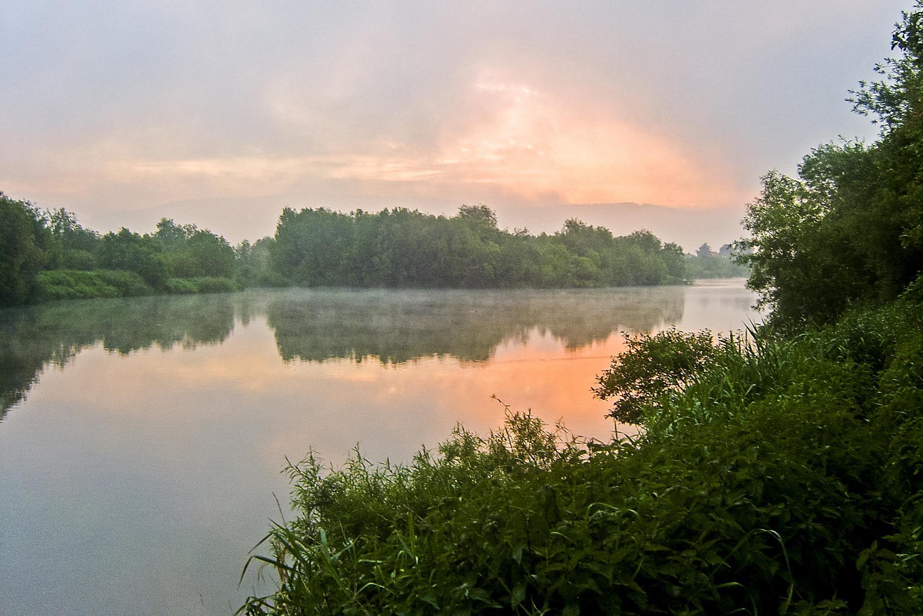 Sonnenaufgang an der Einfahrt von der Weser zur Auenlandschaft.