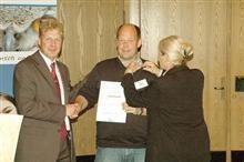 Thomas Brandt, NABU Rinteln, wird für sein langjähriges Engagement von Landesvorsitzenden Dr. Holger Buschmann (l.) und Landesgeschäftsführerin Gabriele Köppe mit der Silbernen Ehrennadel ausgezeichnet. Foto: Walter Wimmer