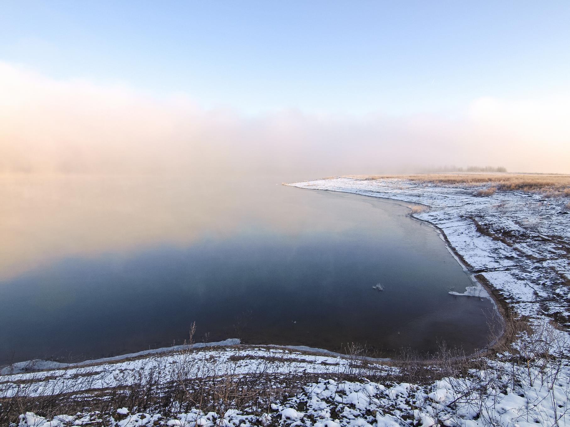 Nebelschwaden über dem Wasser des westlichen Teiches.