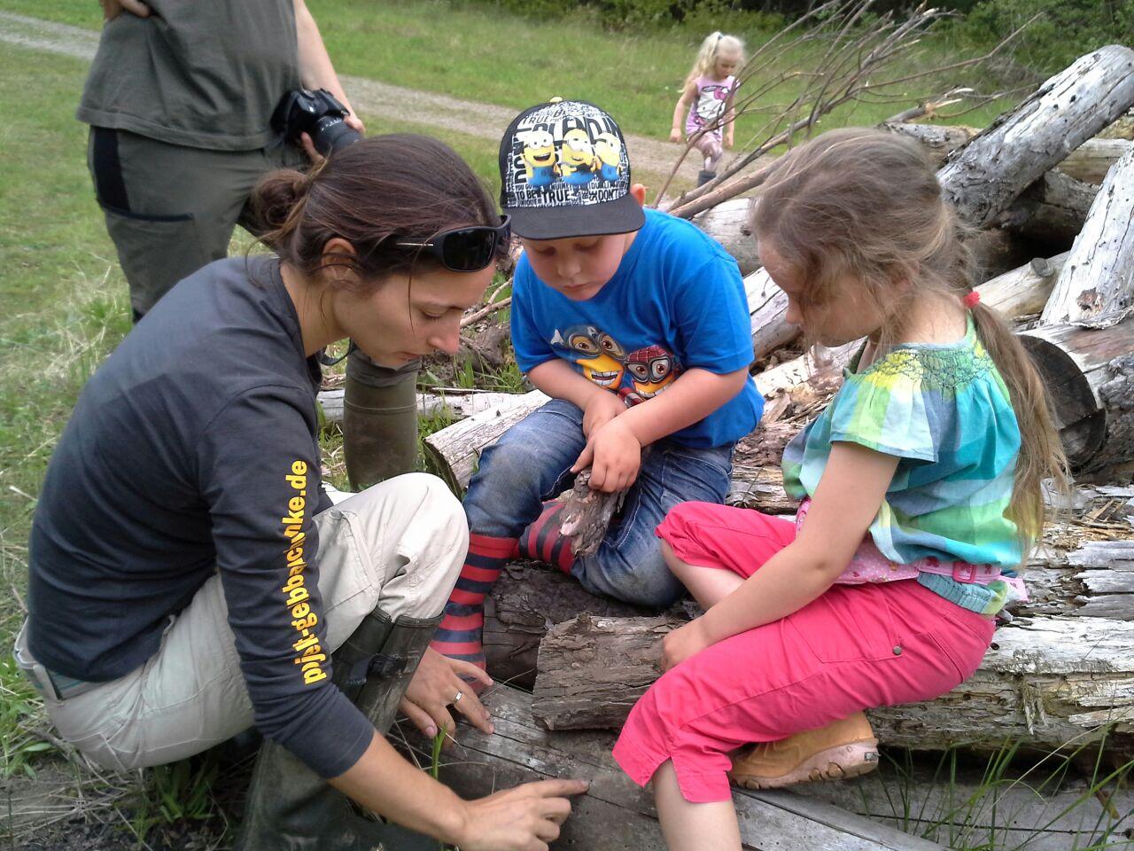 Die NAJU-Minis mit Ilona Jentschke im Steinbruch. - Foto: Britta Raabe