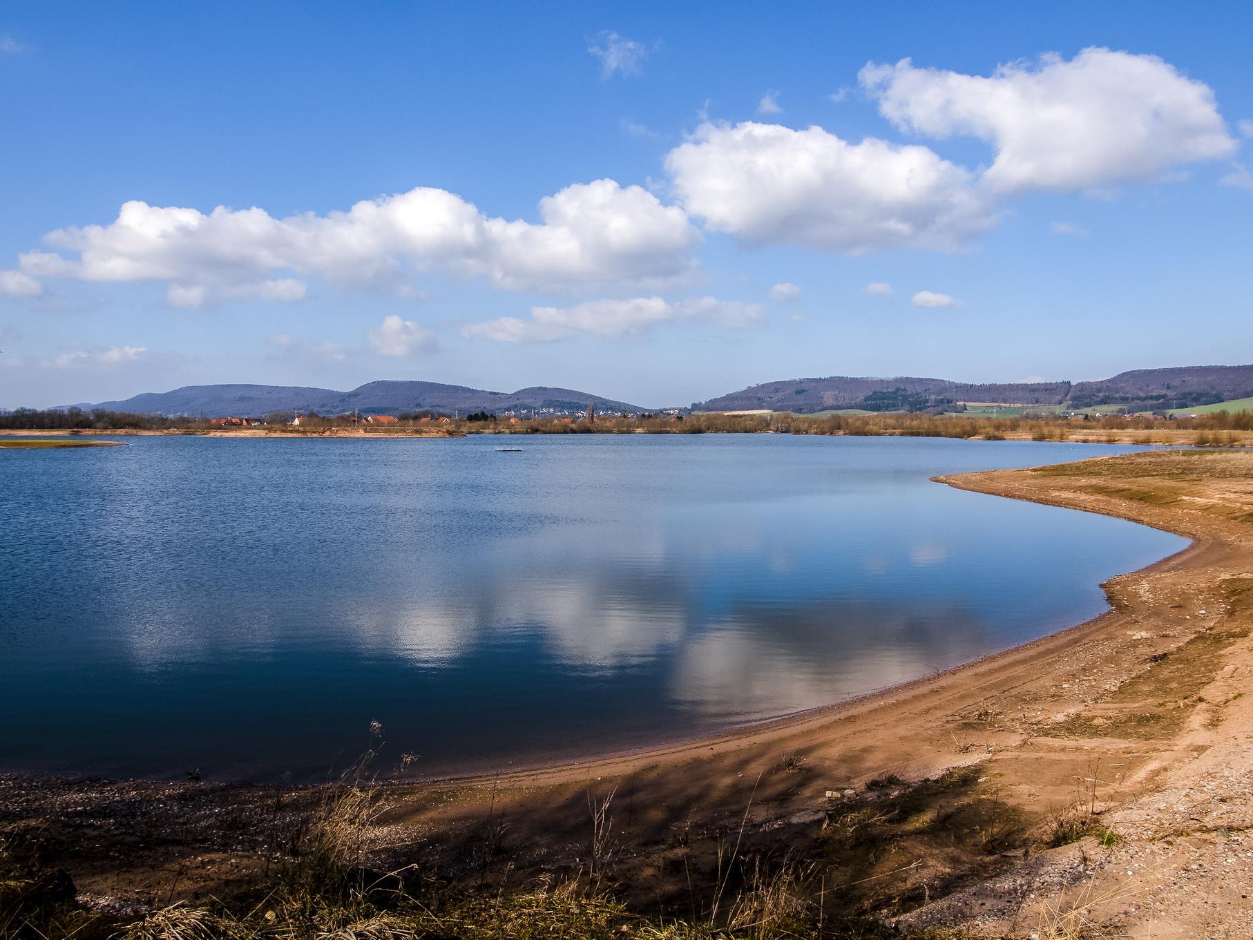 Wolkenspiegelung am westlichen Teich.