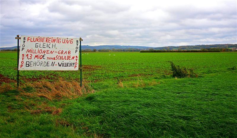 Die Schilder in den Rintelner Wiesen. - Foto: Kathy Büscher