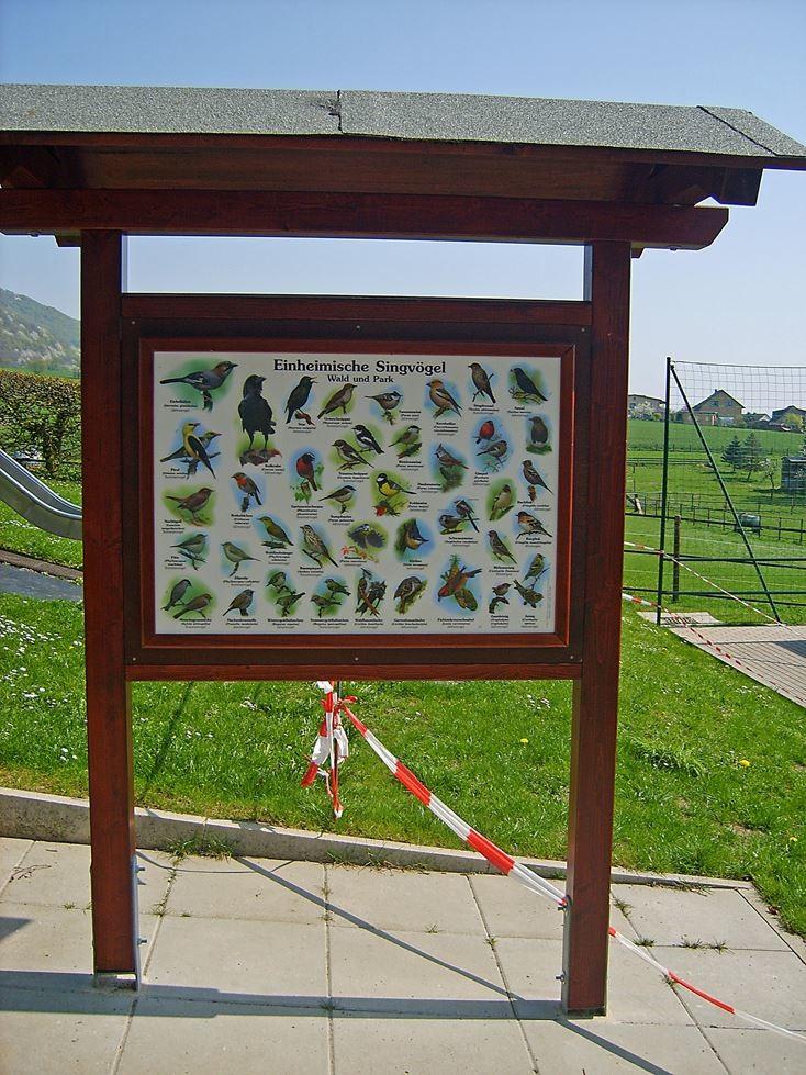 Schild an der Grundschule Deckbergen. - Foto: Kathy Büscher
