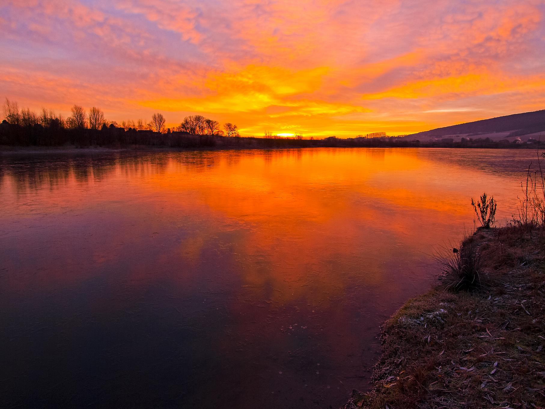 Farbenfroher Sonnenaufgang an einem Dezembermorgen.