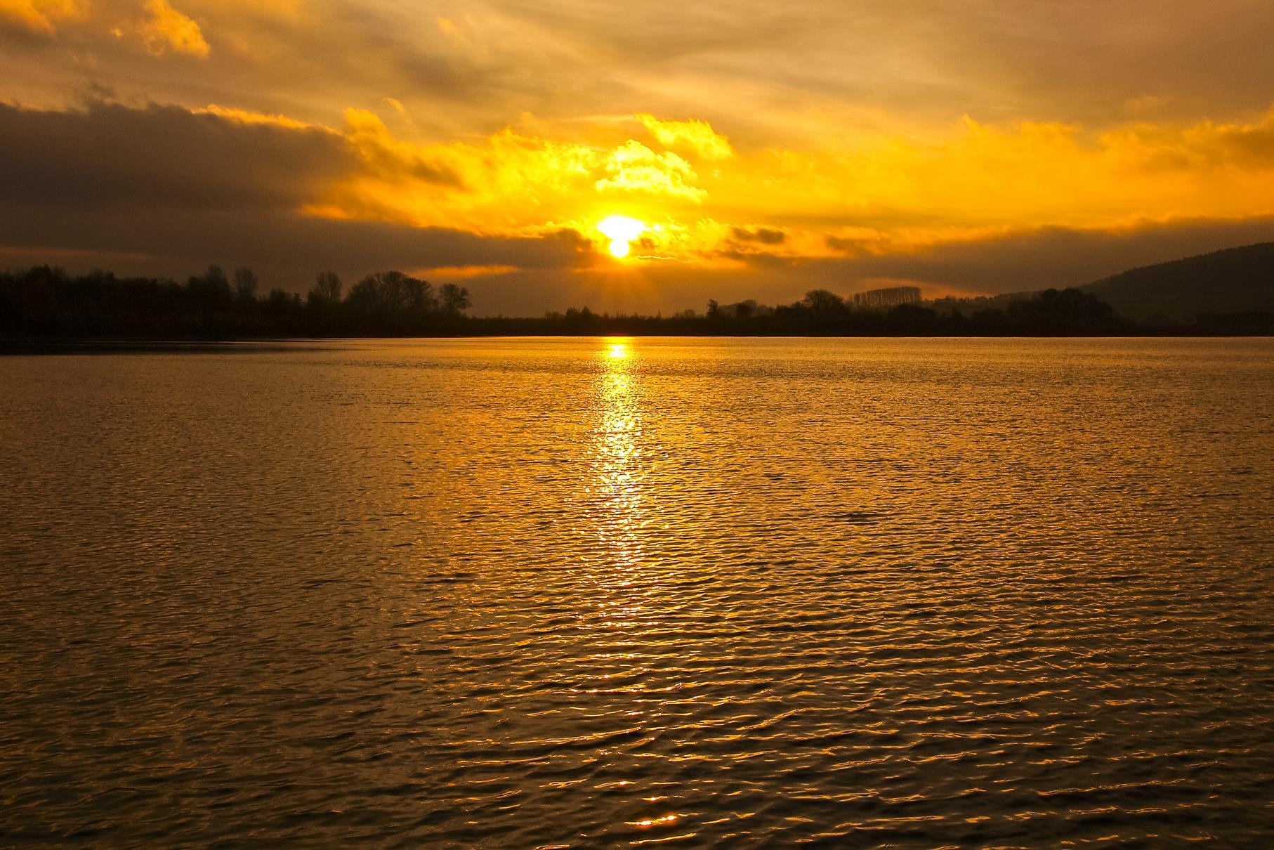 Aufgang der morgendlichen November-Sonne am Kiesteich.