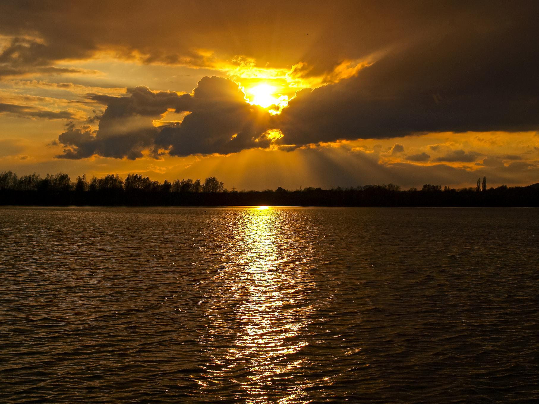 Sonnenuntergang nach einem Regenschauer im April.