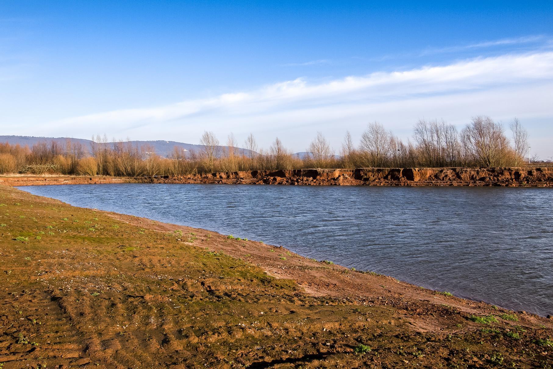 Die frisch abgebaggerten Bereiche der Auenlandschaft sind noch gut zu erkennen.