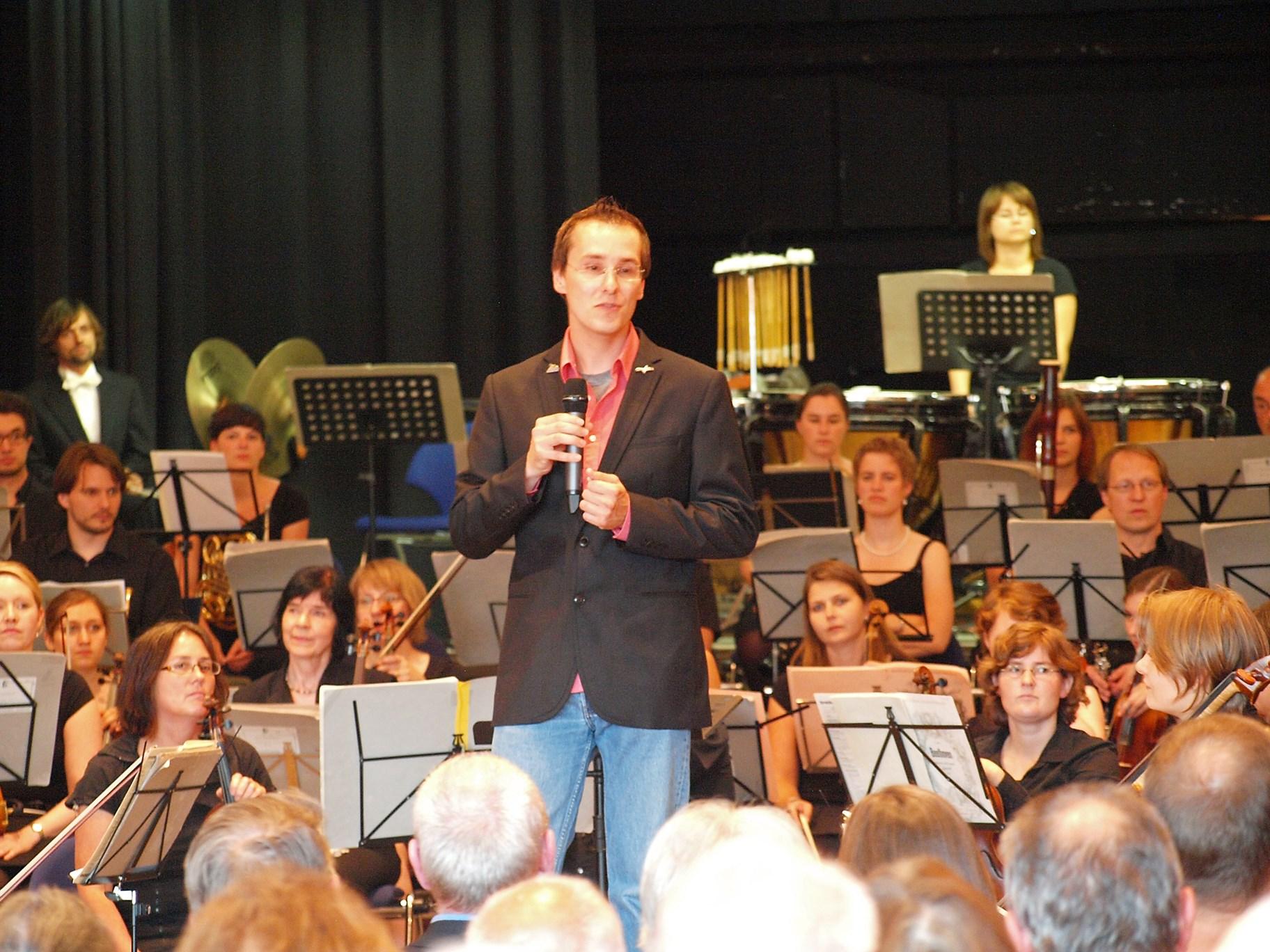 Ansprache von Nick Büscher zur Eröffnung des Konzertes. - Foto: Kathy Büscher