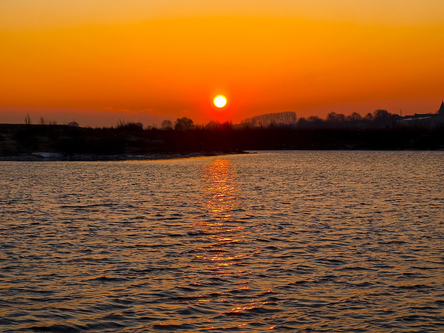 Sonnenaufgang an einem Februarmorgen im Naturschutzgebiet.