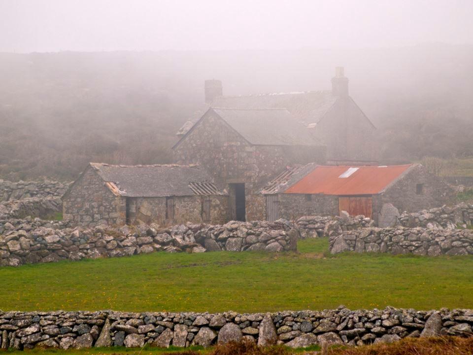 Nebelige Landschaft mit Häusern und Steinwällen. - Foto: Kathy Büscher