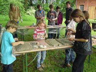 Die NAJUs beim bauen der Fledermausquartiere. - Foto: Britta Raabe