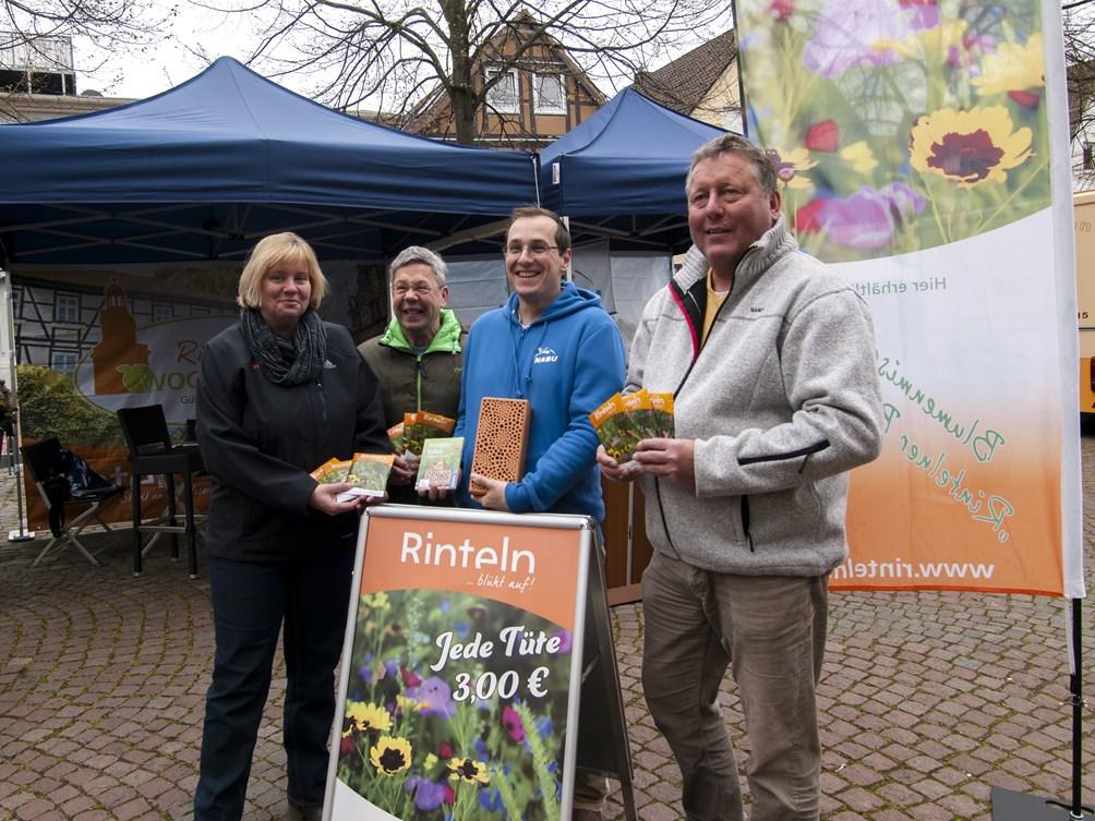 Vertreter von Stadt und NABU mit dem Blütenzauber. - Foto: Kathy Büscher